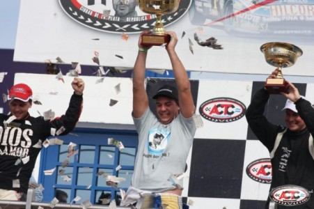 John Manuel Guardia festeje en el podio junto con  Augusto Carinelli y Kevin Icardi, sus escoltas