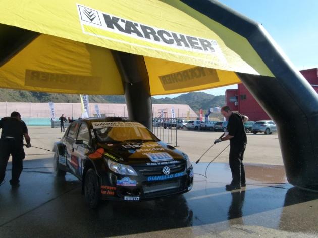El auto del ganador de la última fecha, el local Miguel Baldoni, en el lavadero de autos.