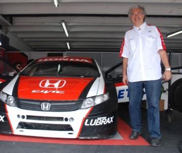VA junto al Honda Civic con el que Gabriel Ponce de León llegó a los 306 km/h en Rafaela durante 2012.