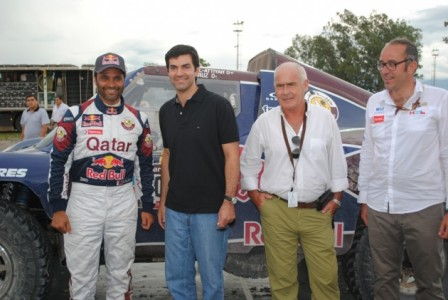 El Qatarí Nasser Al Attiyah junto al gobernador de la provincia de Salta, Juan Manuel Urtubey el ministro de Turismo, Enrique Meyer durante la visita al campamento de Sata.
