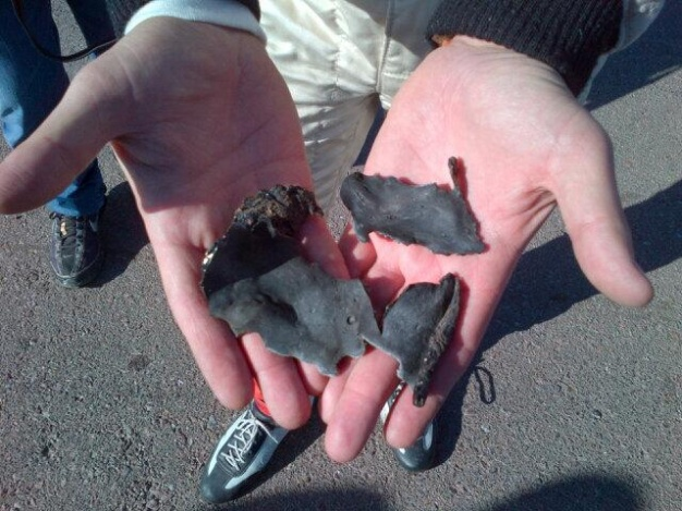 El campeón Emanuel Moriatis muestra con sus manos los pedazos de asfalto (foto: tw Moriatis)