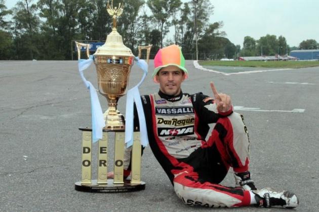 Con gorro, copa y manos de campeón: Matías Rossi se consagró por primera vez como campeón del Turismo Carretera y, también, del TN, Esto le valió ser el mejor piloto del 2014 para los periodistas especializados.  Incluso por encima de José María López, campeón del Mundial de Turismo.