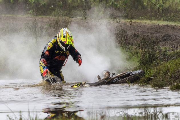 El chileno Jordano Sepúlveda levanta su KTM del agua. La encontró y volvió a tierra.