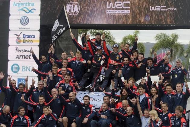 El  festejo de todo el equipo Hyundai, con Ciabattari en el grupo en la parte superior derecha..