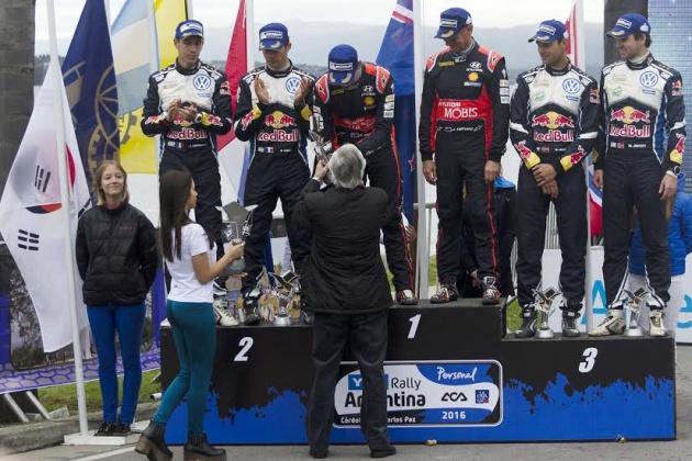 Jorge Rosales, presidente del Automóvil Club, entregó el trofeo al ganador Paddon
