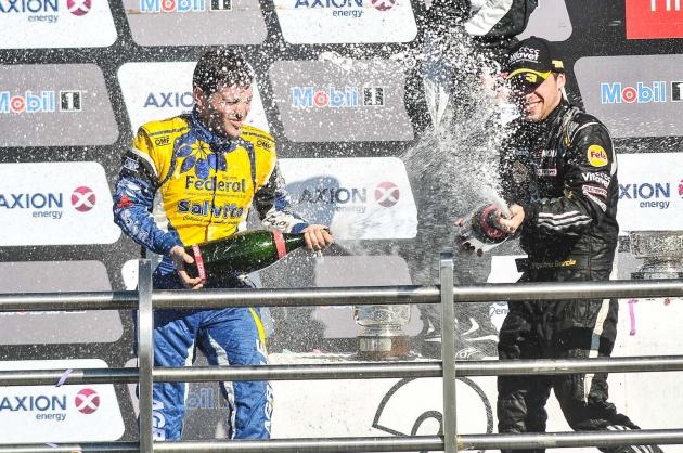 Vuyovich y Antonino celebran el 1-3 de la Escudería FELA, líder en el campeonato de pilotos y de equipos.