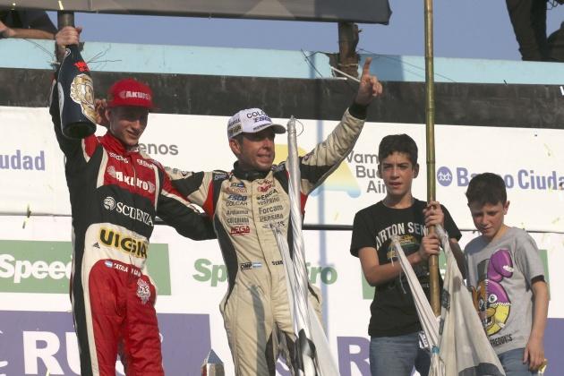 Catalán Magni y Silva festejan en el podio ante la presencia de los hijo del Patos. El chaqueño tiene una gran relación el numero 1.000, ya que ganó la carrera 1000 del TC y los 1.000 Km.