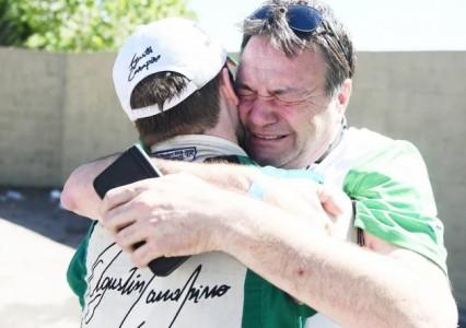 Cuanto encierra esta foto. Alberto Canapino llora con la emoción a full, abrazado con su hijo Agustín.
